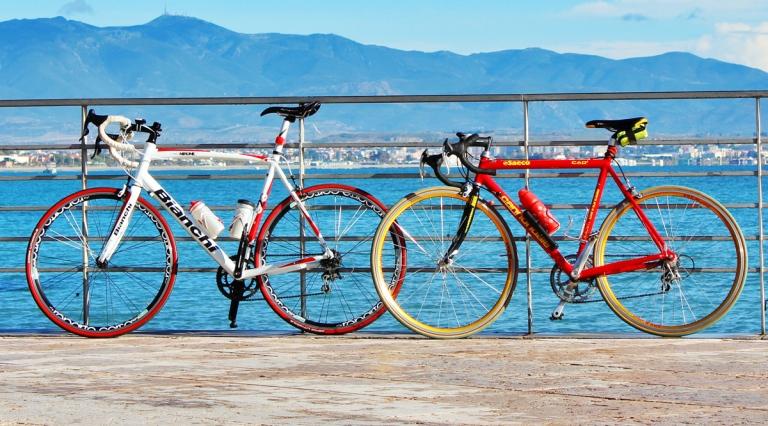 Ciclisti in pausa caffè